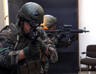 780px US Navy 071019 N 6552M 190 SEAL trainees scan the room for possible threats as part of a SEAL qualification training exercise Pasukan Navy Seals Amerika